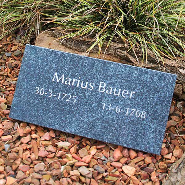 tijdelijk grafmonument natuursteen en glas HELDER