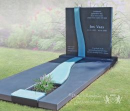 Grafmonument met rivier