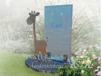 Girafje op grafmonument voor kind